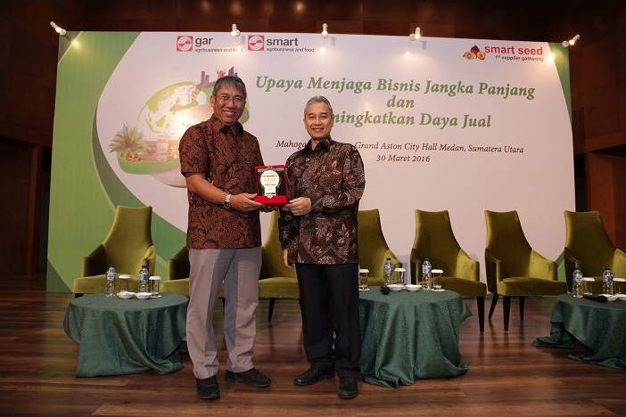 Bayu Krisnamurthi, President Director of Indonesia Estate-Crop Fund for Palm Oil (BPDP) receiving a token of appreciation from Agus Purnomo, GAR's Managing Director for Sustainability and Strategic Stakeholder Engagement
