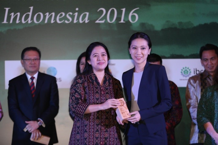 Executive Director, Jesslyne Widjaja receives the Sustainable Business Awards (SBA) Indonesia 2016 from Coordinating Ministry for Human Development and Cultural Affairs