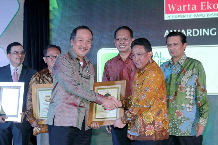 President Director of SMART, Daud Dharsono receives two awards for Social Business Innovation and Green CEO