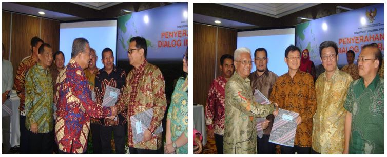Two senior representatives from GAR/SMART receiving ISPO certificates from the Indonesian Government