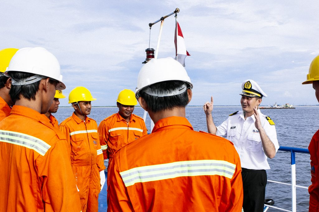 Kapten Roni berikan penjelasan pada kru kapalnya sebelum berlayar
