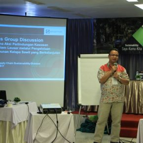 man presentening aceh suppliers training